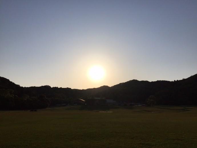 「5月8日 ~ 宿泊棟の方面へ沈む夕日 ~ 」