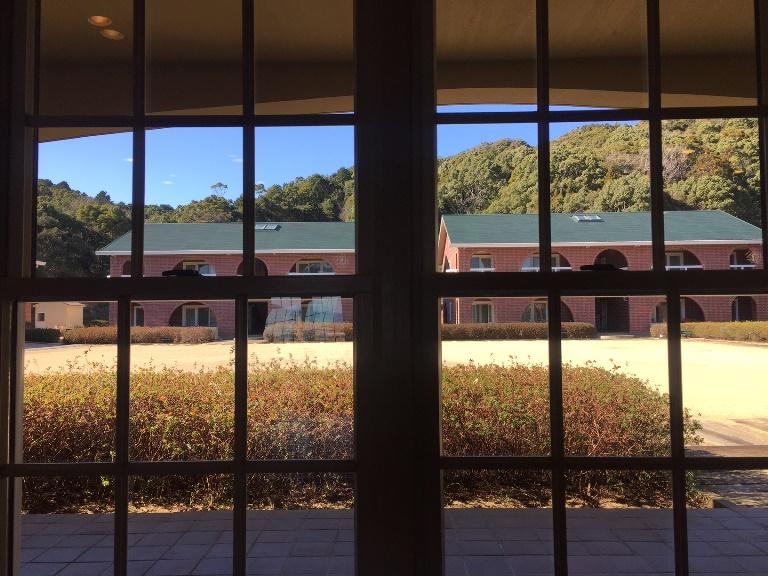「 ~ 研修棟の窓から中庭を見ると ~ 」