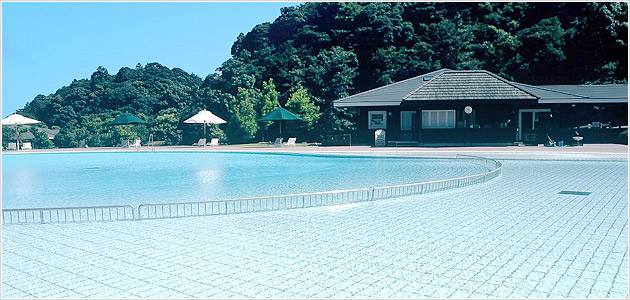 Only in summer♪ The outdoor swimming pool is open in the forest.
